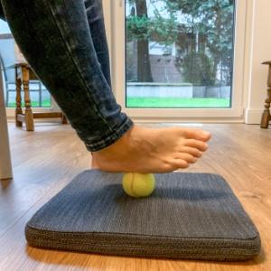 Tik Impulsraum Tragende Rolle: Fueße aus Sicht der amerikanischen Chiropraktik > Fuß mit Tennisball > Faktwert-Artikel 300x300