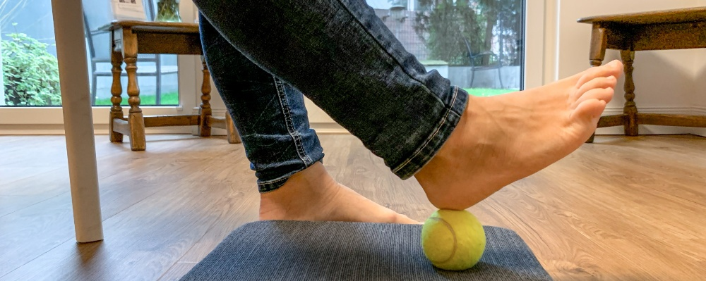 Tik Impulsraum Tragende Rolle: Fueße aus Sicht der amerikanischen Chiropraktik > Fuß mit Tennisball > Faktwert-Artikel 1000x399