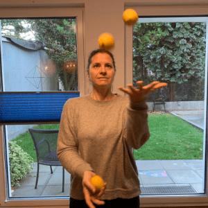 Tik Hack Faszientraining aus chiropraktischer Sicht >Marei Schachschneider am jonglieren > Faktwert-Artikel 300x300