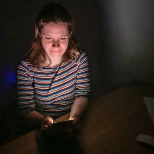tik am tibarg > hack > Marei Schachschneider nachts an ihrem Handy > Schlaf Eine chiropraktische Betrachtung > Faktwert-Artikel 500x500
